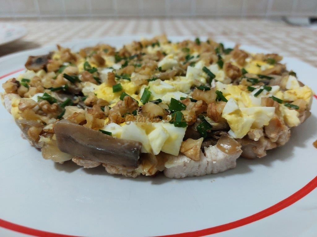 """insalata """"favolosa"""" ricetta russa con pollo e funghi"""